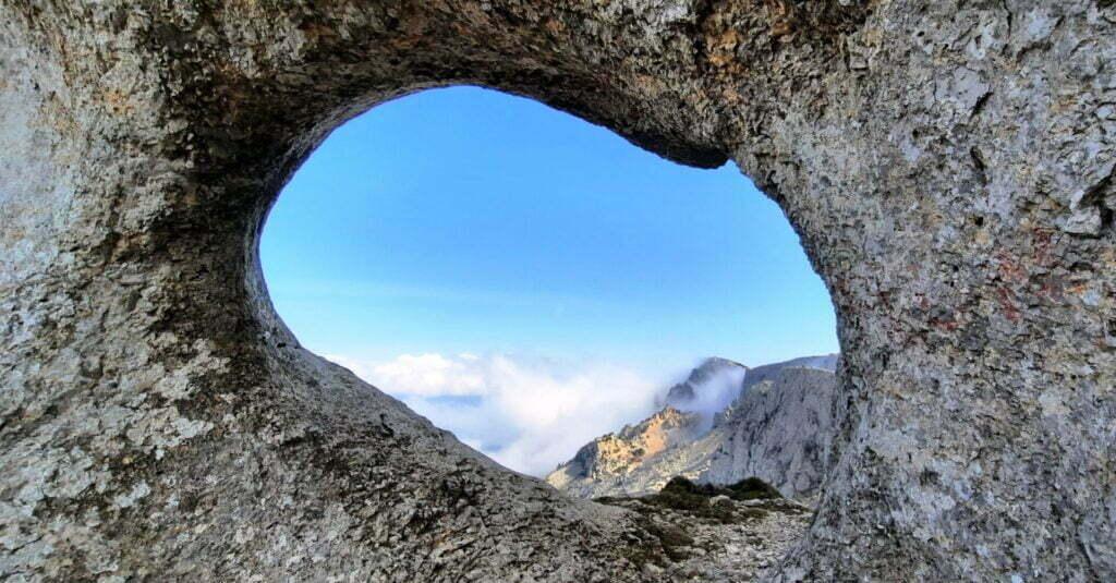 El forat (agujero) subiendo a la cima de Aitana. Protagonista del retrato de un ascenso imposible